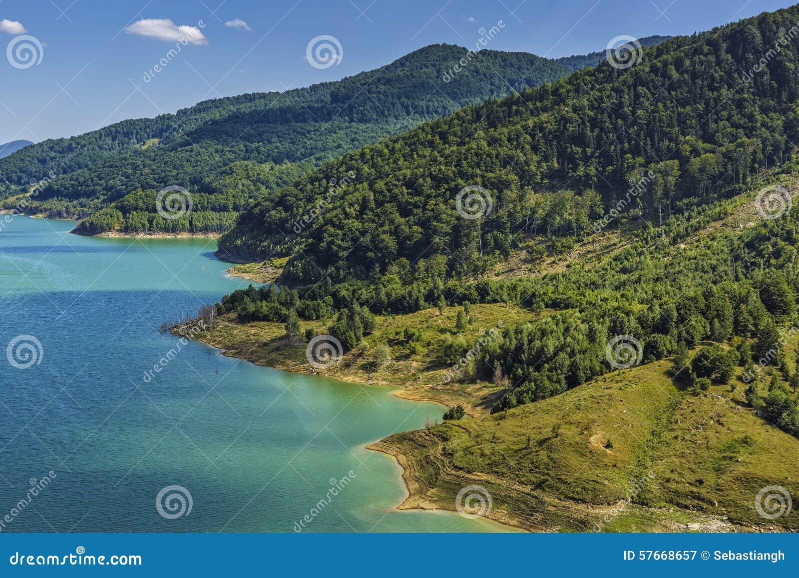 Naturalna sceneria z jeziorem