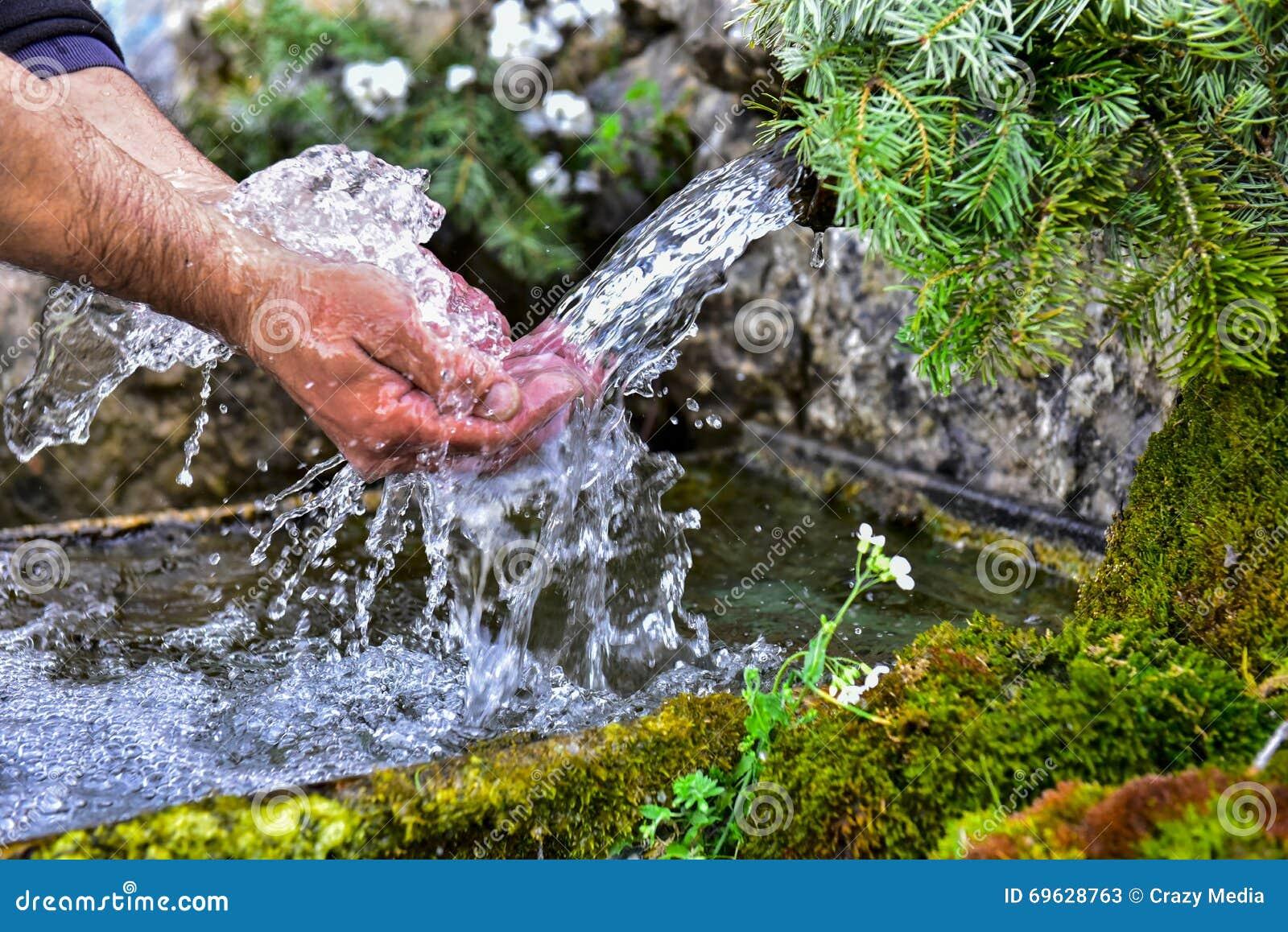 Naturalna woda od źródła