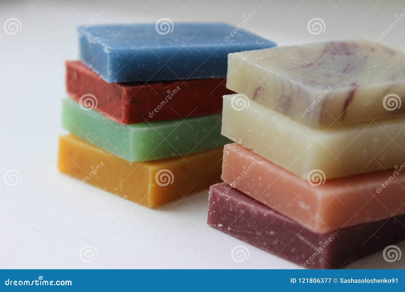 Naturalny handmade mydło na białym tle