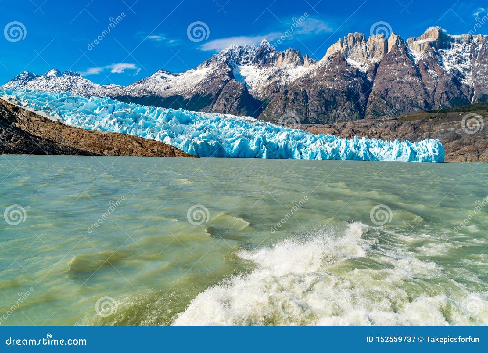 Naturalny krajobraz przy lodowem Popielatym z śnieżną rockową górą, jeziora pluśnięciem za statkiem, Popielatym i wodnym