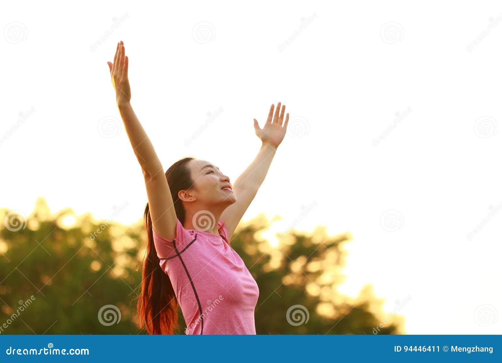 Nature et soleil chinois asiatiques heureux d étreinte de femme