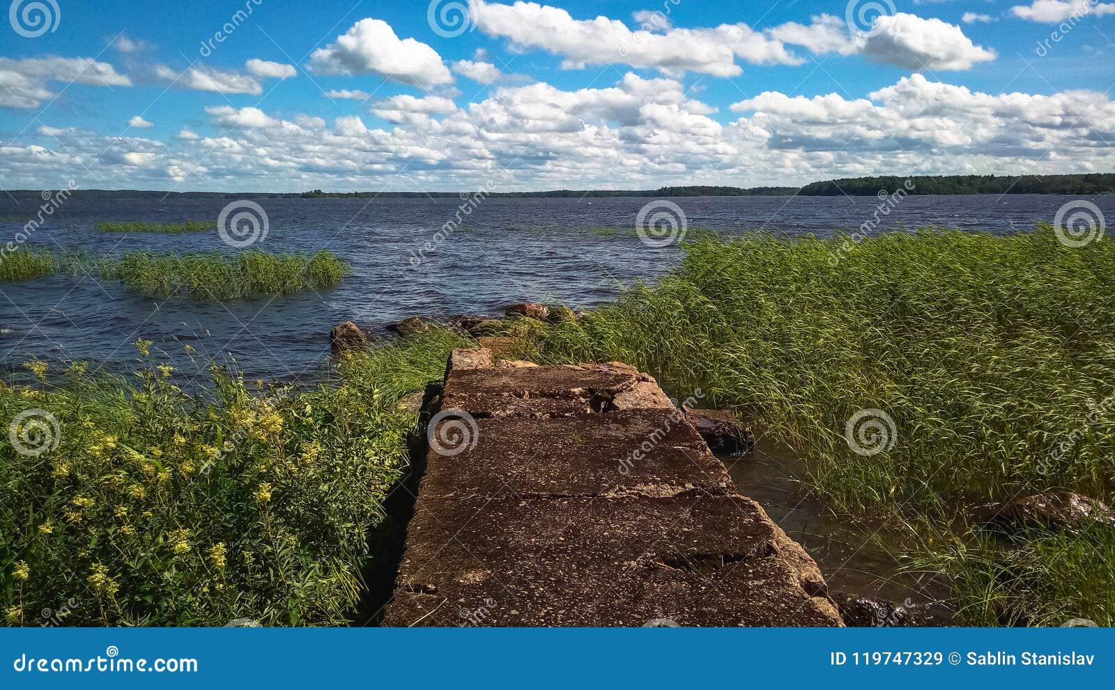 Nature nordique Vieille jetée sur la mer et le vent