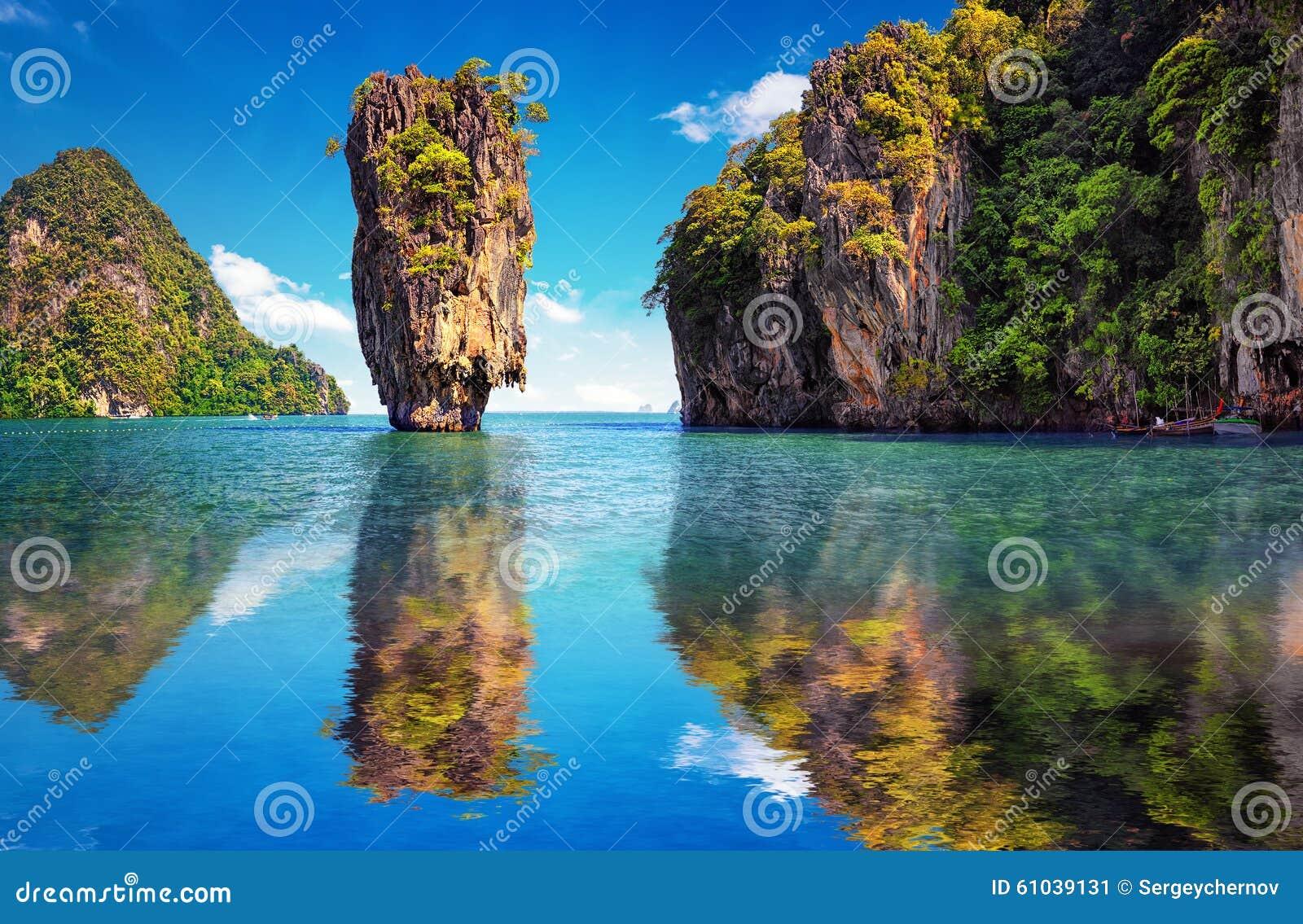 Natureza bonita de Tailândia Reflexão da ilha de James Bond