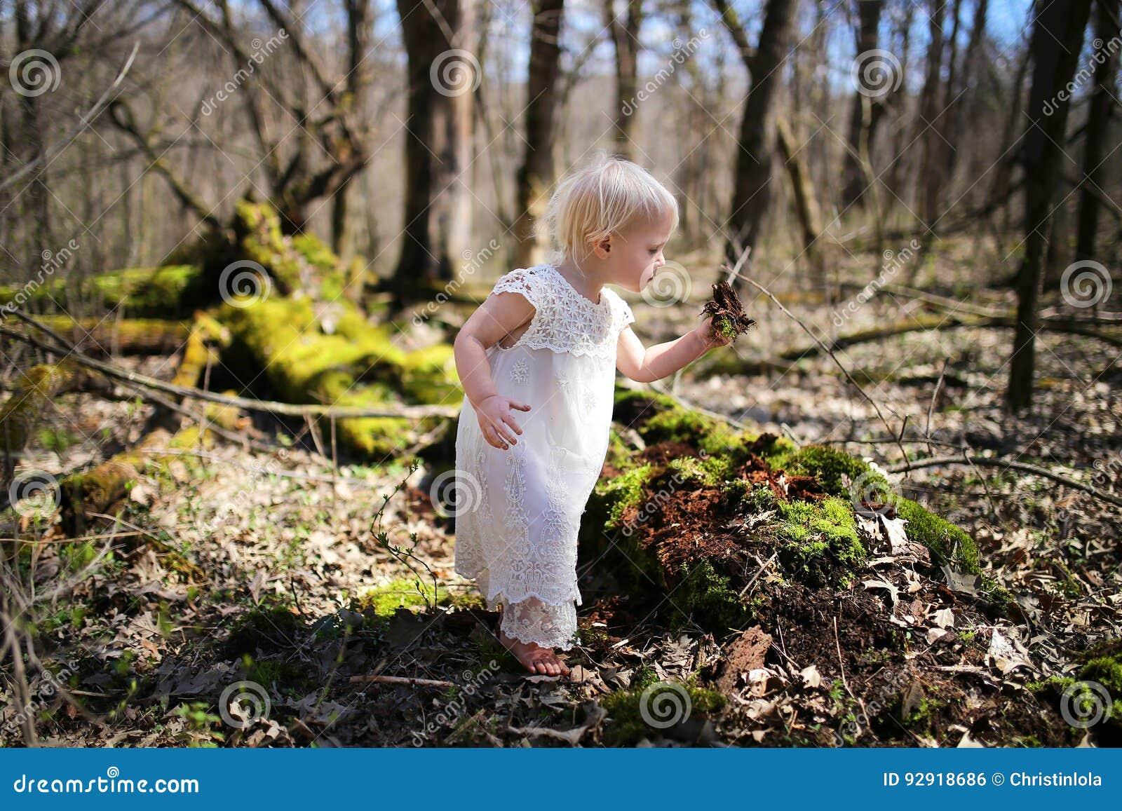 Natureza de exploração da menina pequena da criança nas madeiras