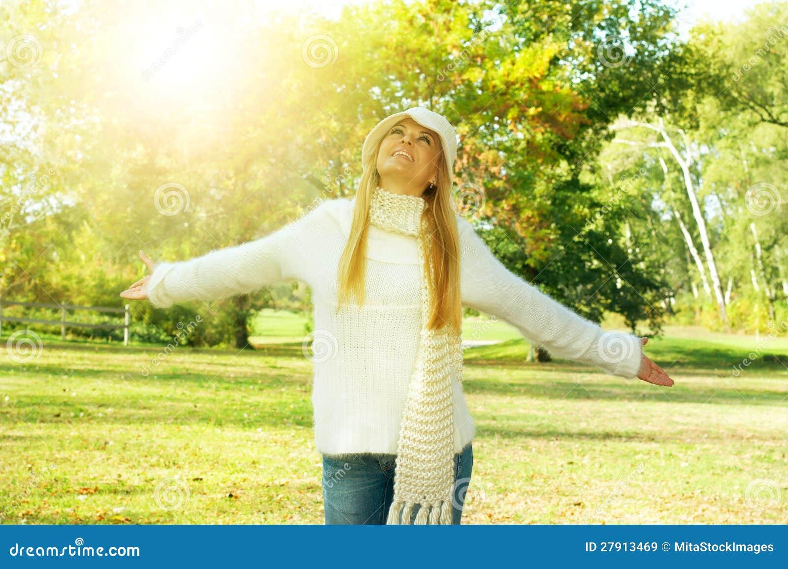 Natureza do enjoment da menina da felicidade