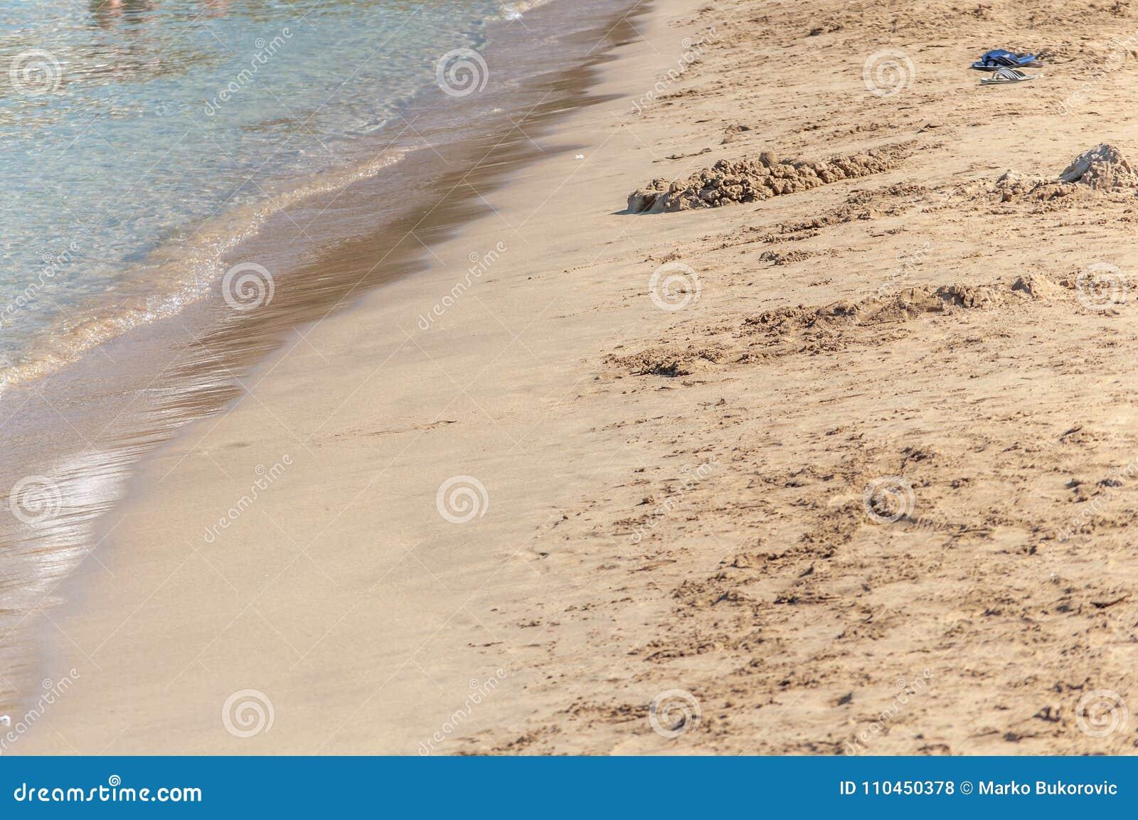 Naturlig bakgrund av stranden Yellow Sea på solig dag för sommarrengöring