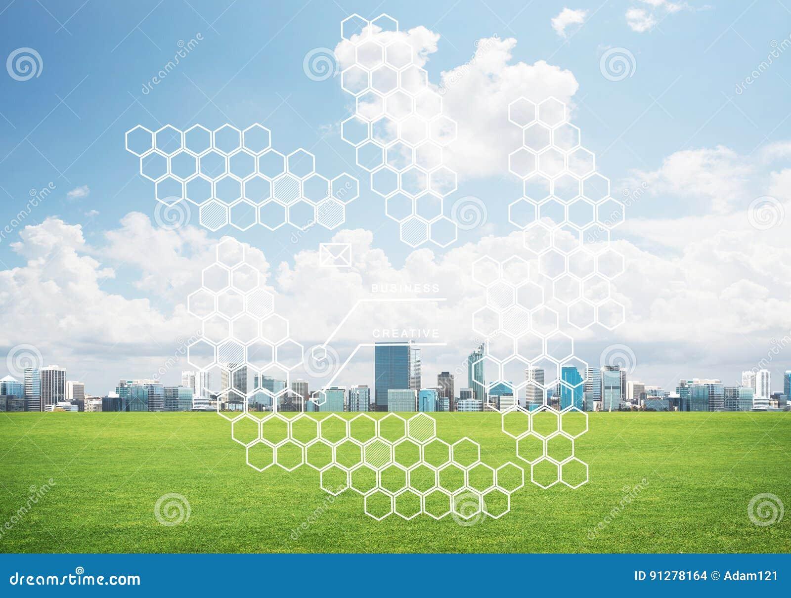 Naturlig bakgrund med det moderna cityscapegräsplanfältet och massmedia har kontakt