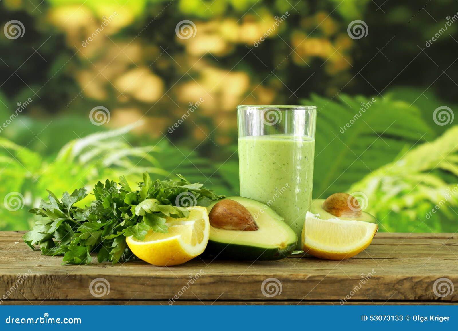 Naturlig drink en smoothie med avokadot