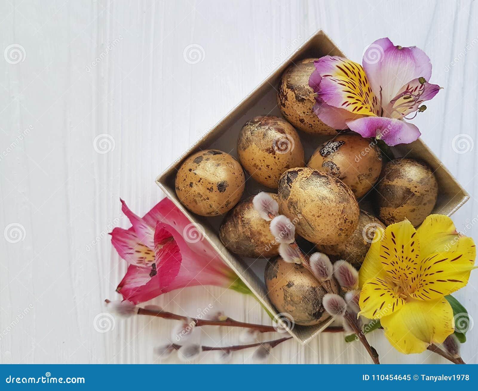 Naturlig pil, påsk för ägg för vår för alstroemeria för vaktelsoftnessblomma på en vit träask