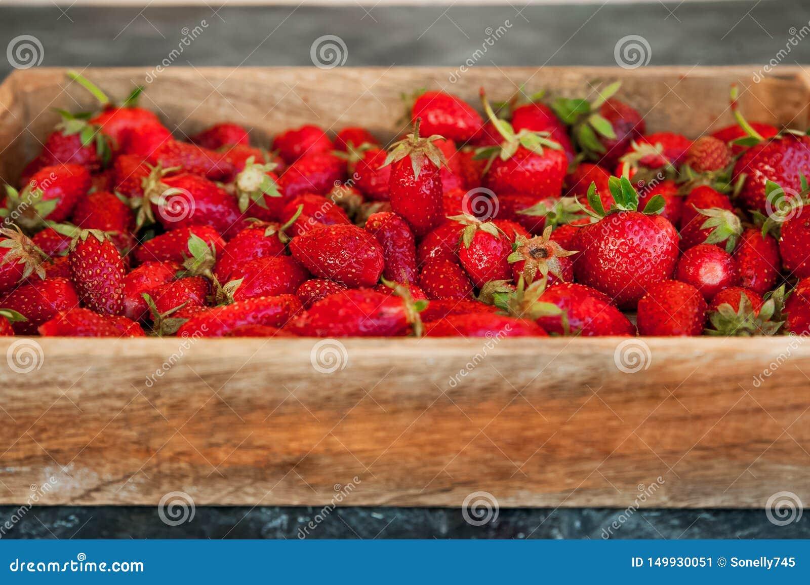 Naturlig textur av mogna jordgubbar Baner av jordgubbar i ett träasknärbild- och kopieringsutrymme