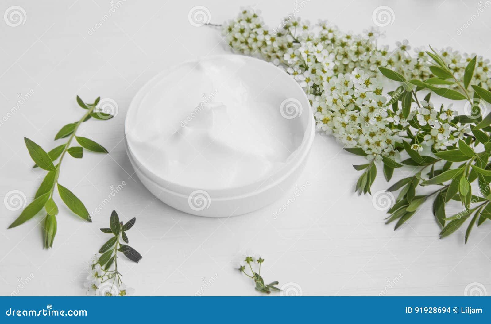 Naturlig växt- hudkräm med vita blommor, organisk skönhetsmedel s