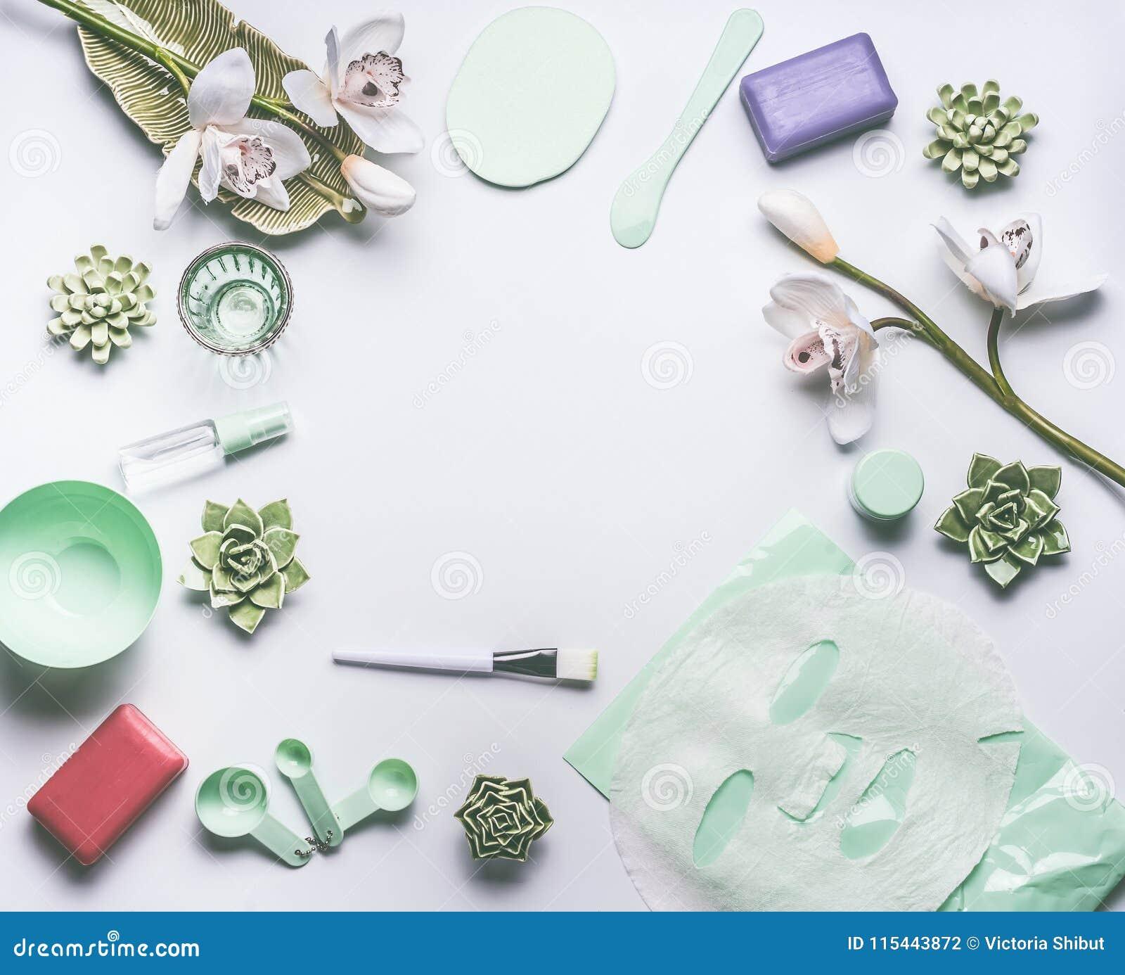 Naturlig växt- kosmetisk inställning för hudomsorg med orkidéblommor, tillbehör och den ansikts- lugna arkmaskeringen på vit