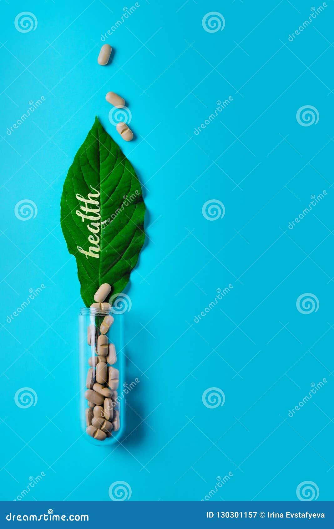 Naturliga grönsakpreventivpillerar, tillsats, grönt blad och flaska Begreppet av naturlig och växthälsa Sund livsstil