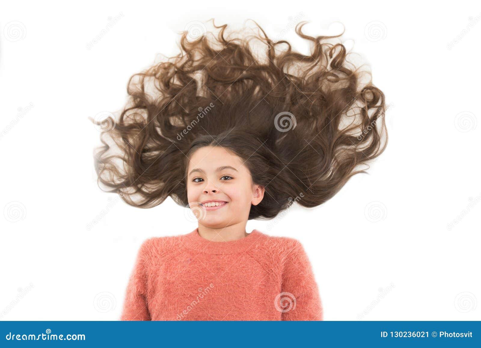 Naturliga hemlagade hårmaskeringar som ger dig sunt härligt hår Gulligt barn för flicka med långt lockigt hår som isoleras på vit