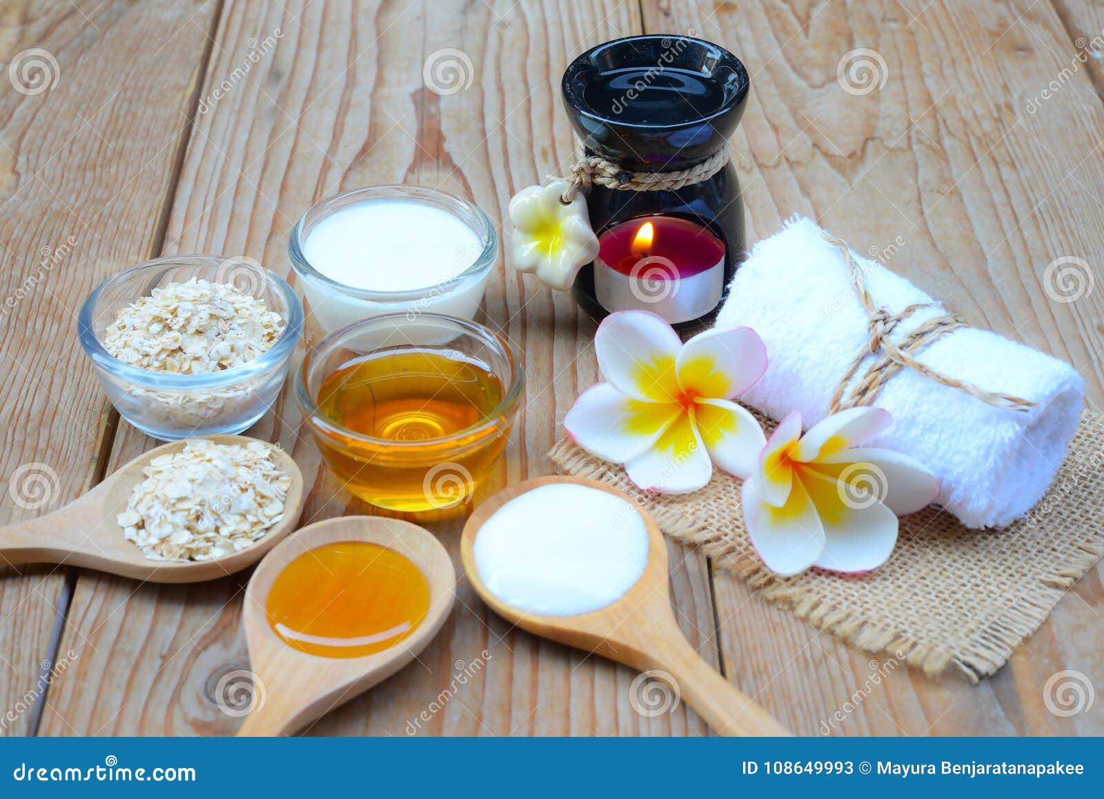 Naturliga ingredienser för hemlagad kroppframsida skurar havrehonung och yoghurt pärlor för blå för begrepp för bakgrundsskönhet