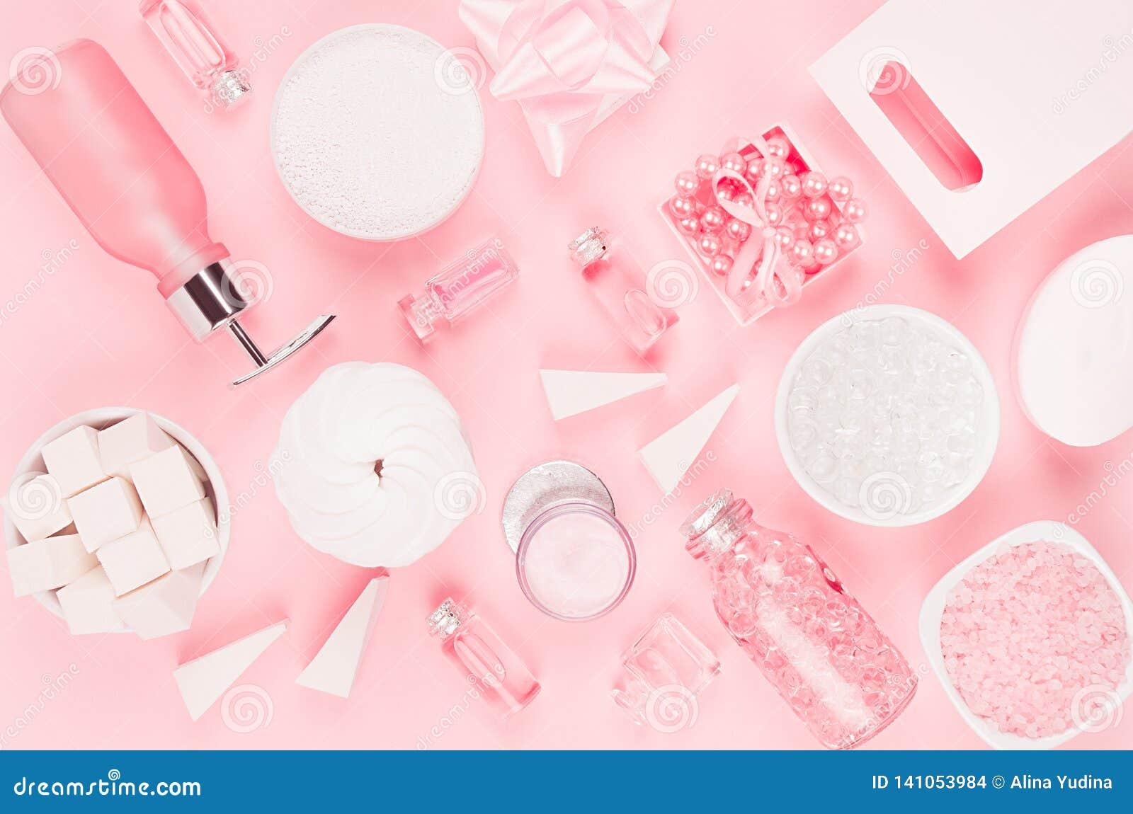 Naturliga produkter för hudomsorg, tillbehör för badrum - kräm, saltar, nödvändig olja, tvål, handduken, doft, pärlor, gåvan, ask