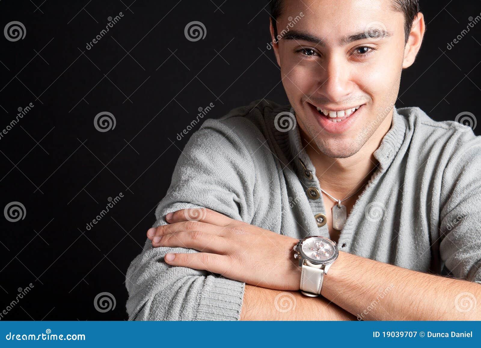 Naturligt leende för lycklig joyful man