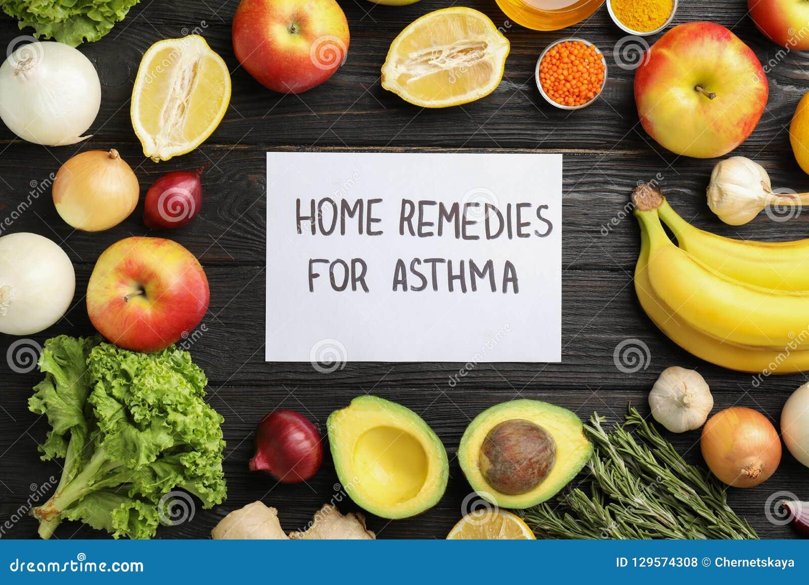 Naturprodukter och anmärkning med textHEMBOTER FÖR ASTMA på träbakgrund