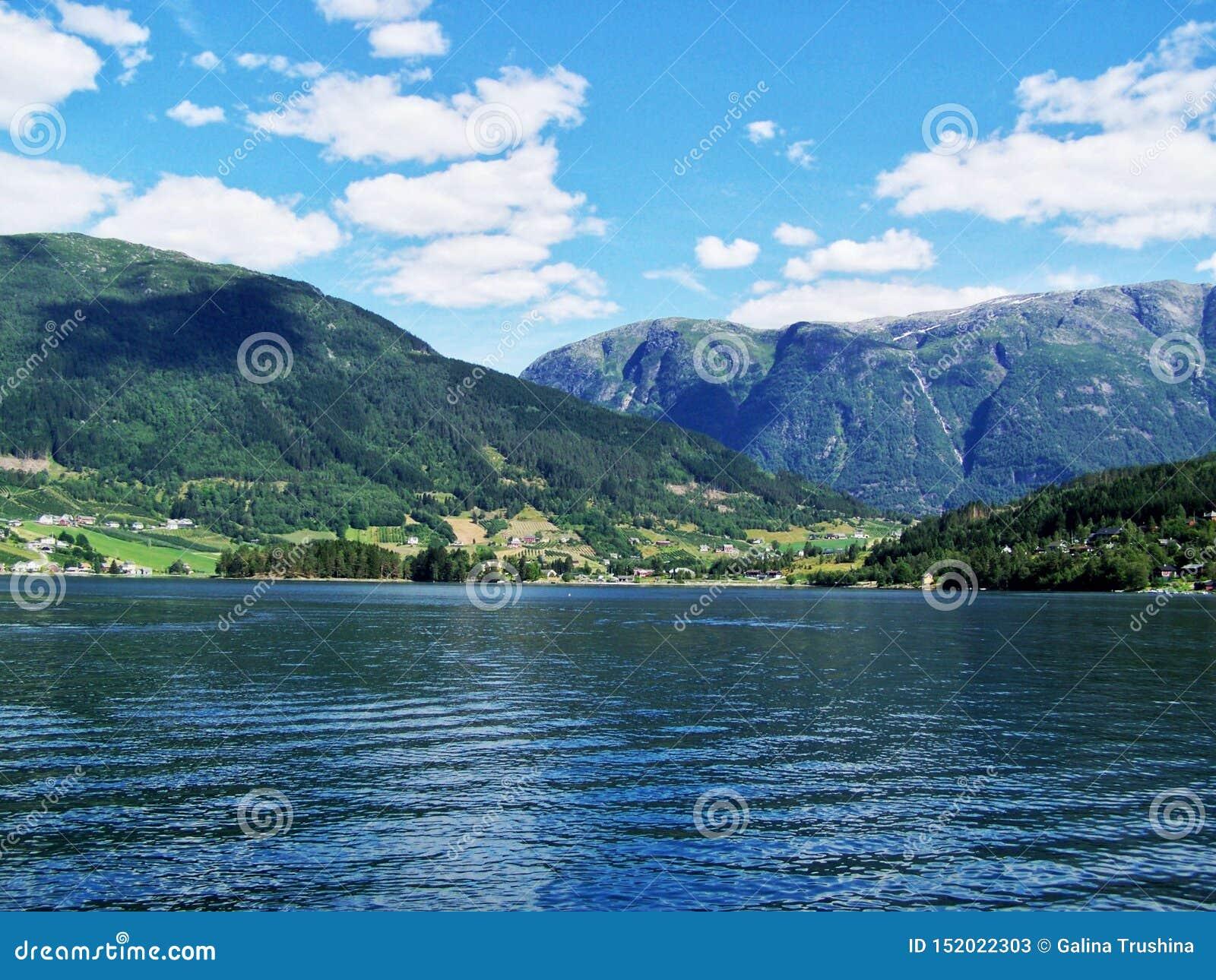 Naturvandring i träna, vattnet av fjorden, bakgrund för solig dag