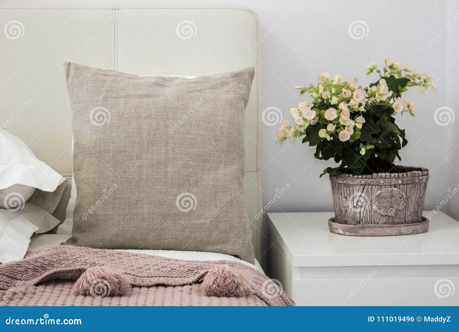 Natuurlijk hoofdkussen op bed in een comfortabele slaapkamer