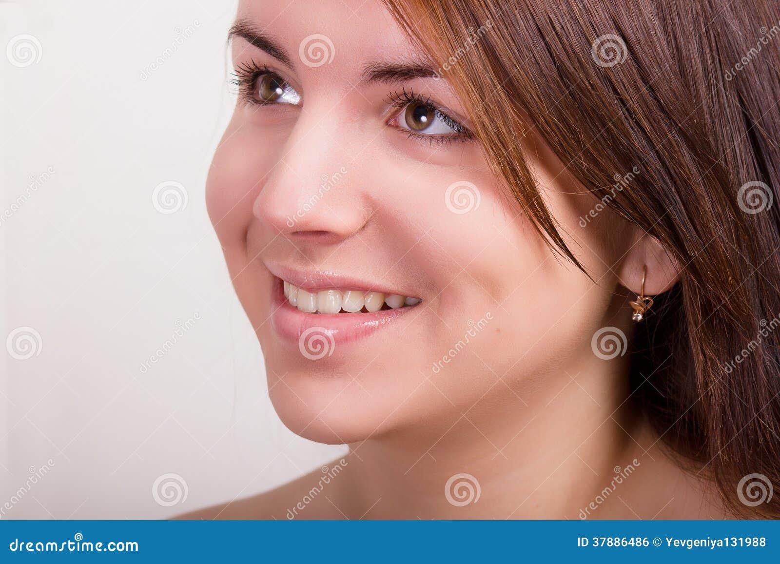 Natuurlijk portret van een mooie jonge vrouw