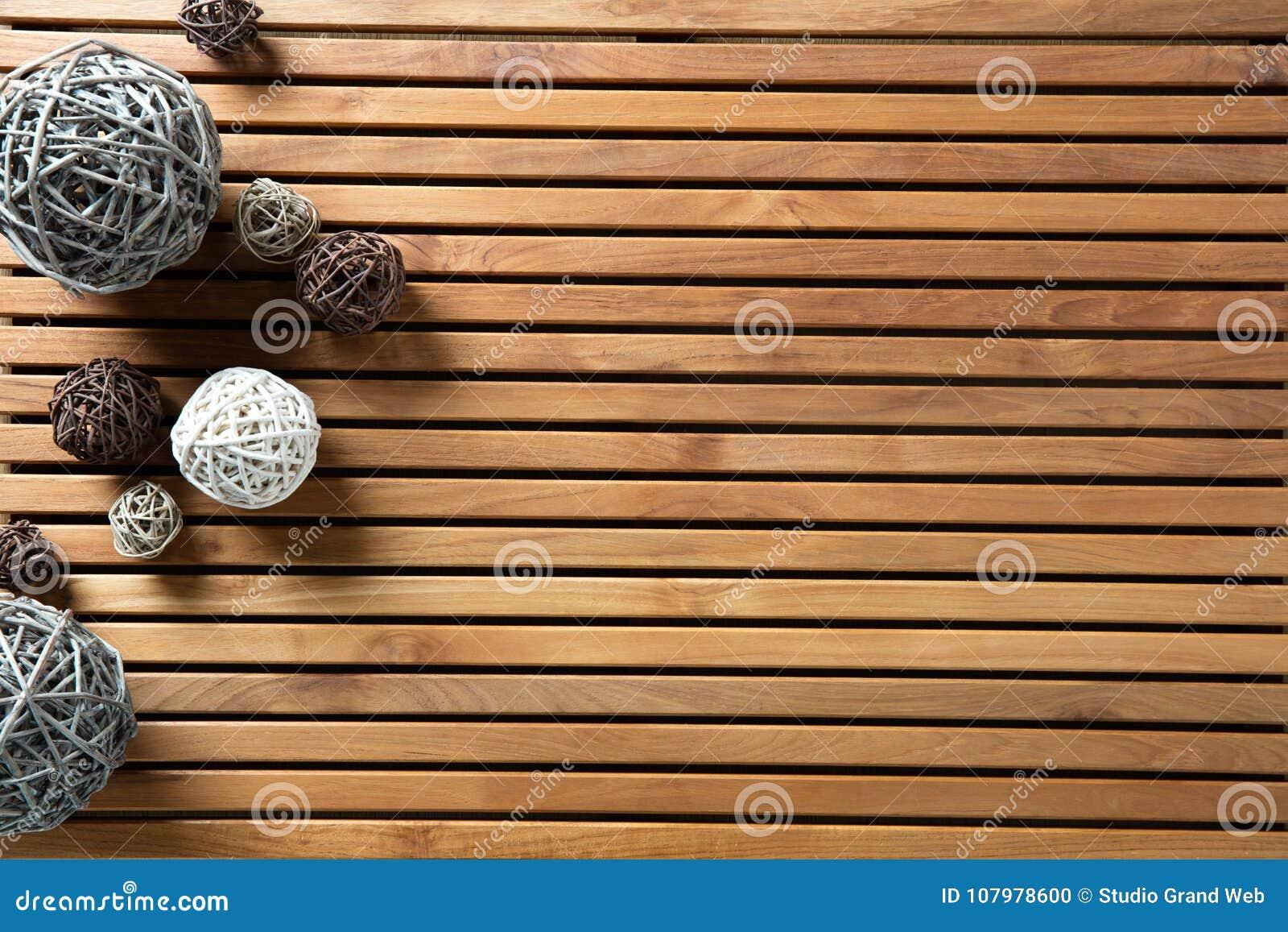 Natuurlijke decoratieve die ballen op ontwerp houten raad worden