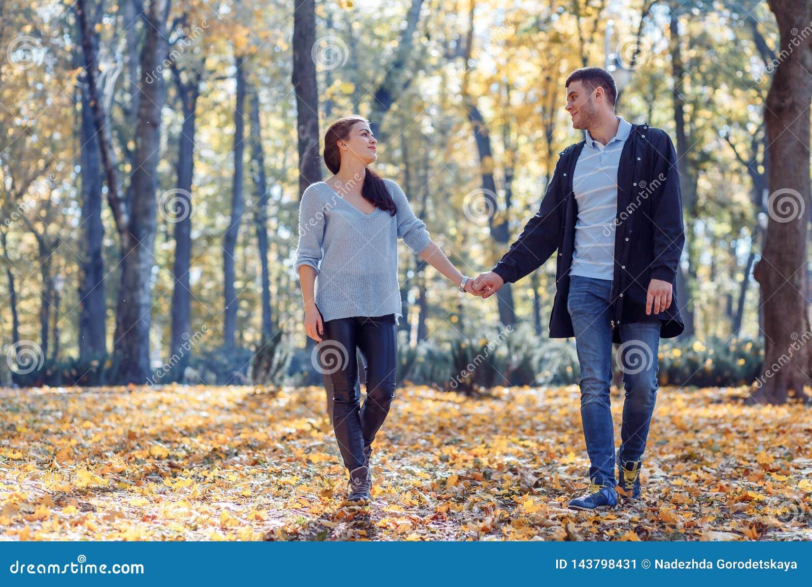 Natuurlijke foto s van een gelukkig paar in liefde die pret buiten op een zonnige de herfstdag hebben Samenhorigheid en gelukconc