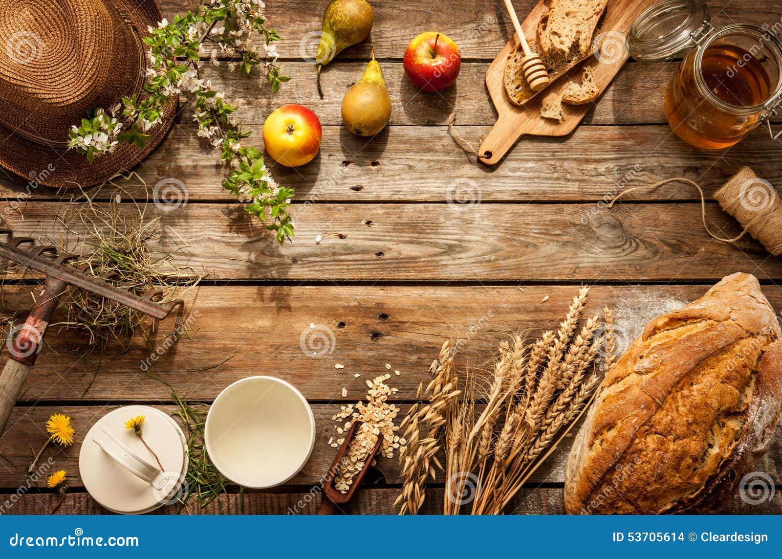 Natuurlijke lokale voedingsmiddelen op uitstekende houten lijst