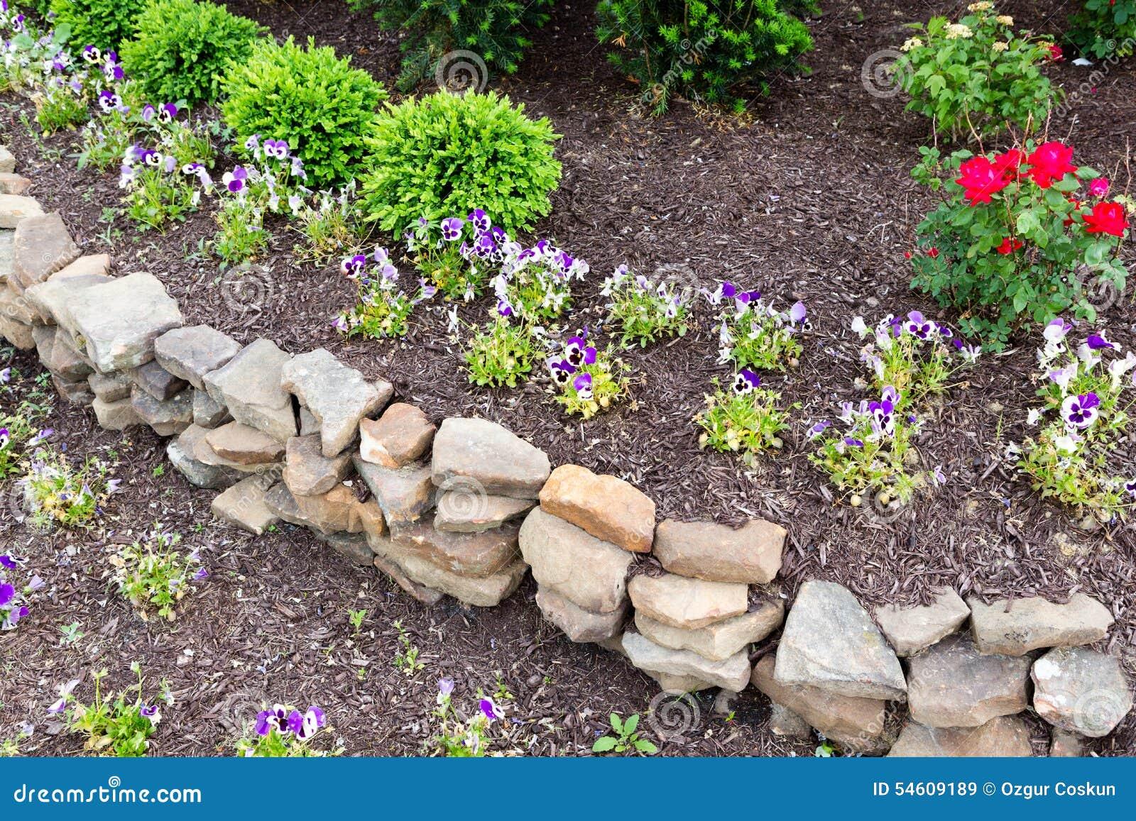Natuurlijke rots behoudende muur in een tuin stock foto afbeelding 54609189 - Muur tuin ...