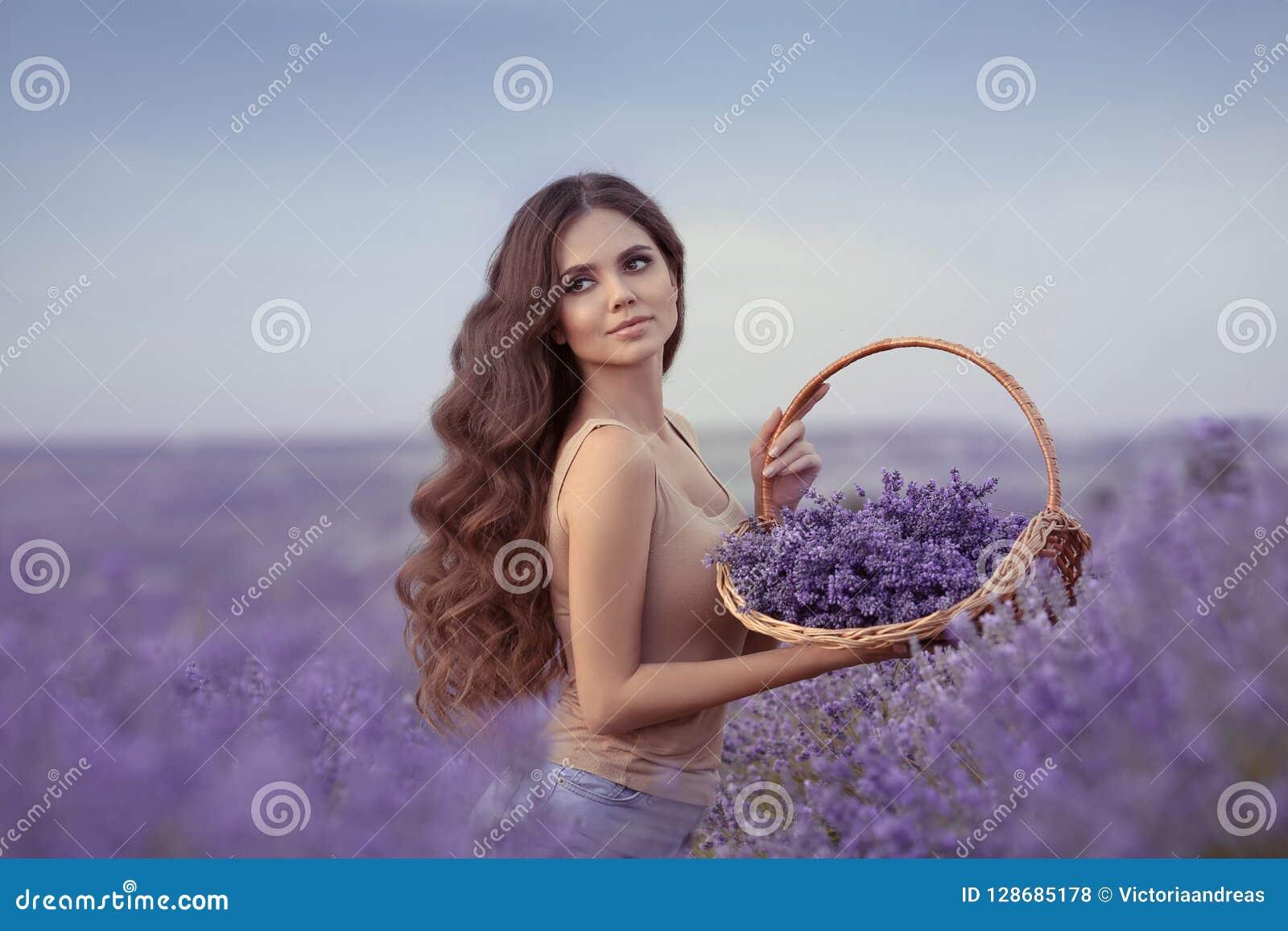 Natuurlijke Schoonheid De mooie vrouw van de Provence met mand bloeit har