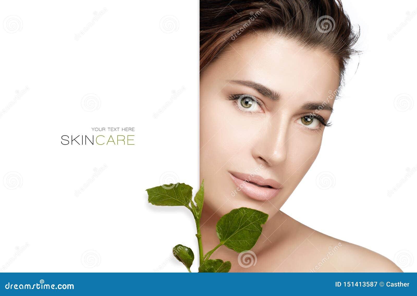 Natuurlijke Skincare Beauty Spa Vrouw en verse groene bladeren Het organische en bioconcept van skincareproducten