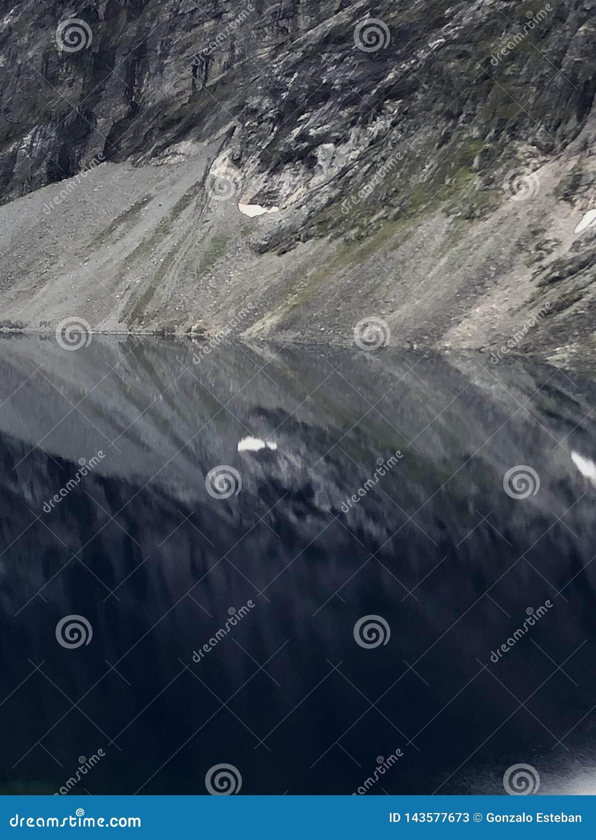 Natuurlijke Spiegel in de berg
