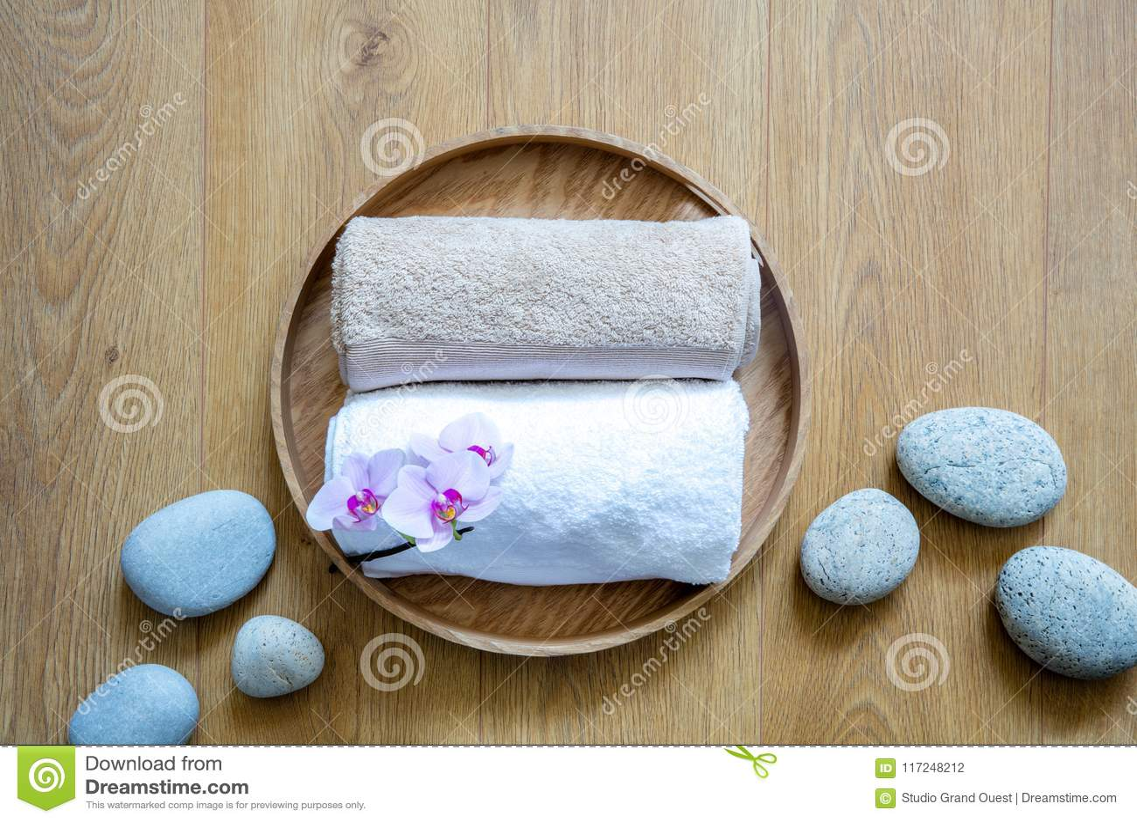 Natuurlijke witte handdoeken en ayurvedakiezelstenen op houten achtergrond