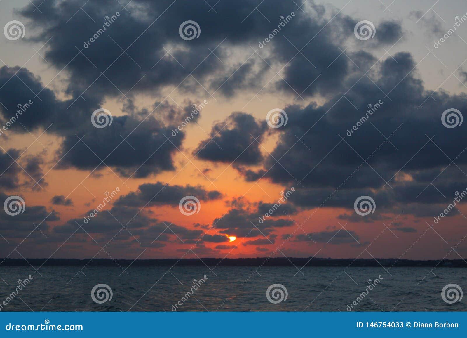 Natuurlijke zonsondergang over het overzees
