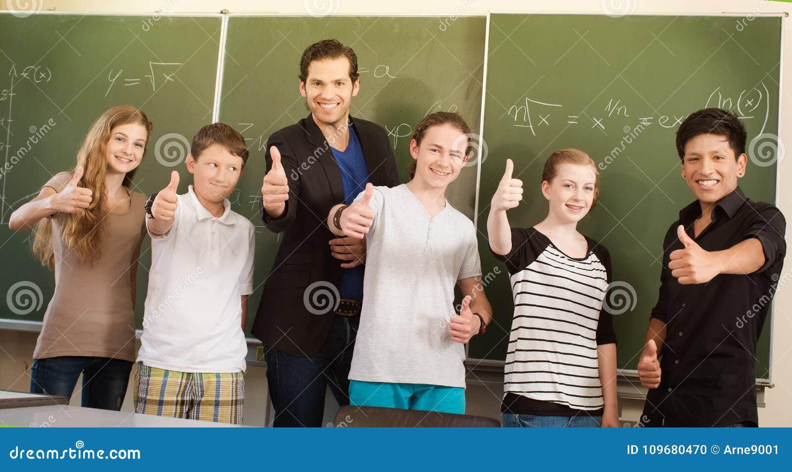 Nauczyciel motywuje uczni w szkolnej klasie