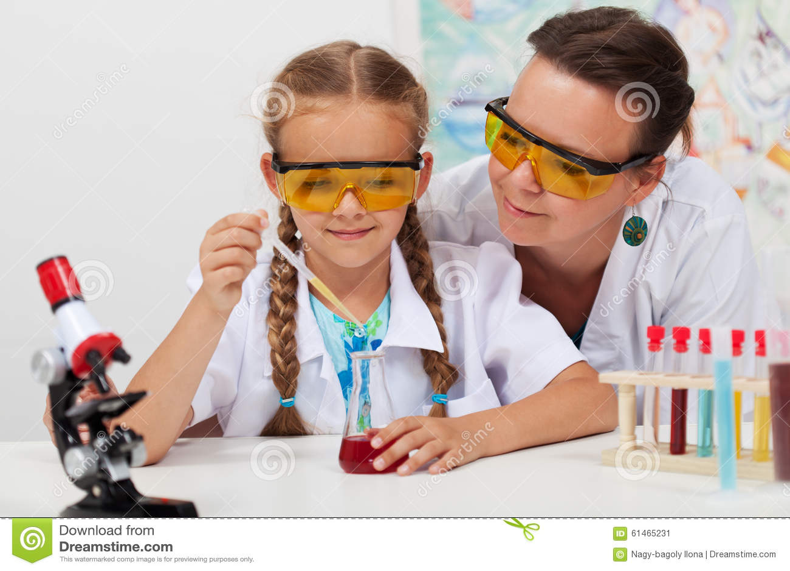 Nauczyciel nadzoruje chemicznego eksperyment w nauki klasie