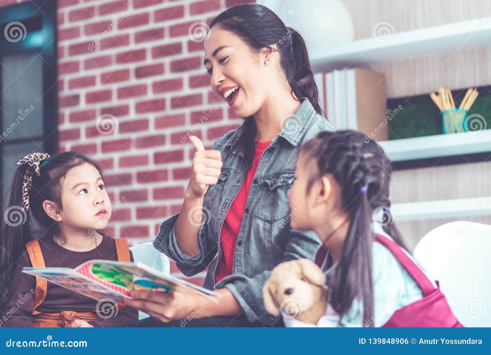 Nauczyciel opowieści czytelnicza książka dziecinów uczni kciuk w górę