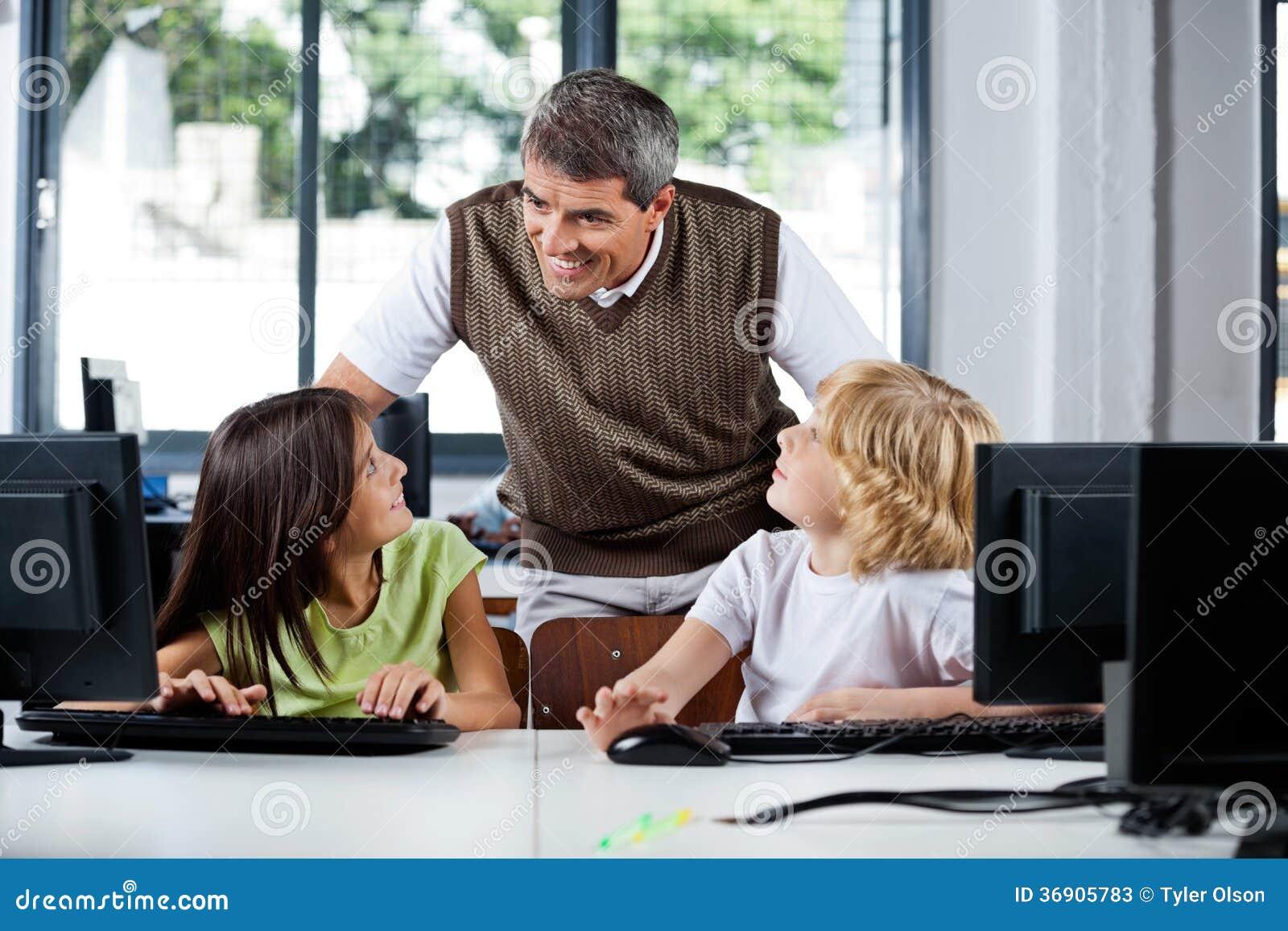 Nauczyciel Pomaga uczni W Używać Desktop
