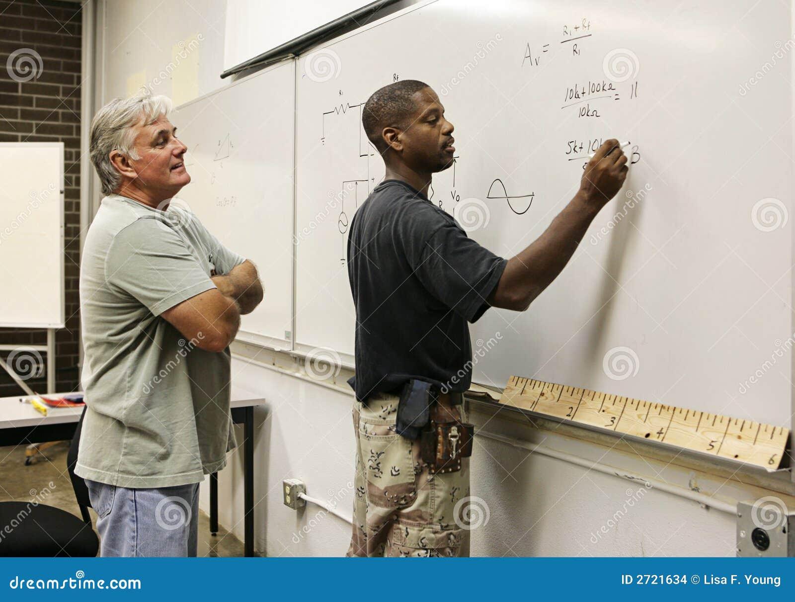 Nauczyciel studencki patrzy