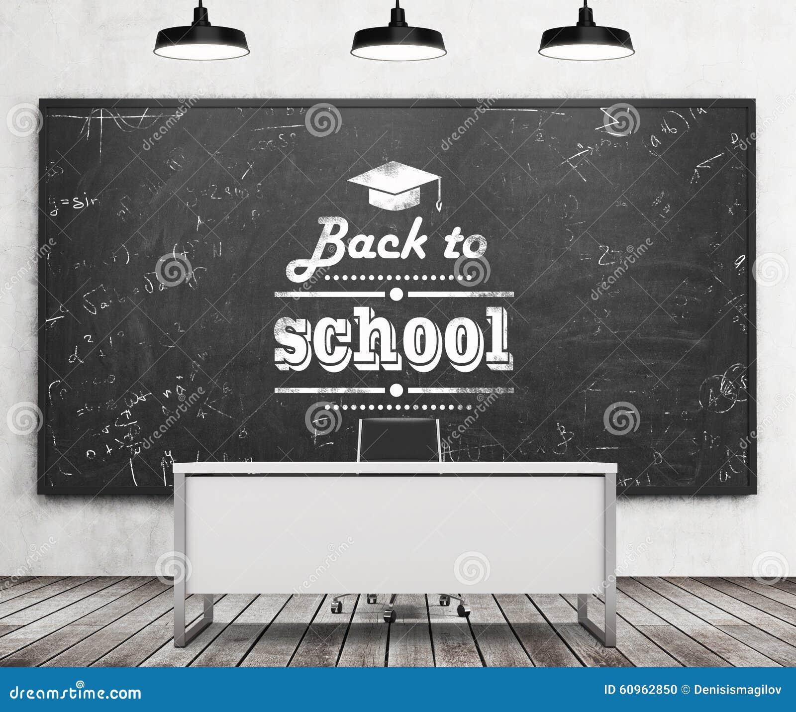 Nauczyciela biurko w nowożytnej szkole lub uniwersytecie Ogromny czarny chalkboard na ścianie z pisać puszka zwrotem szkoła - Z p