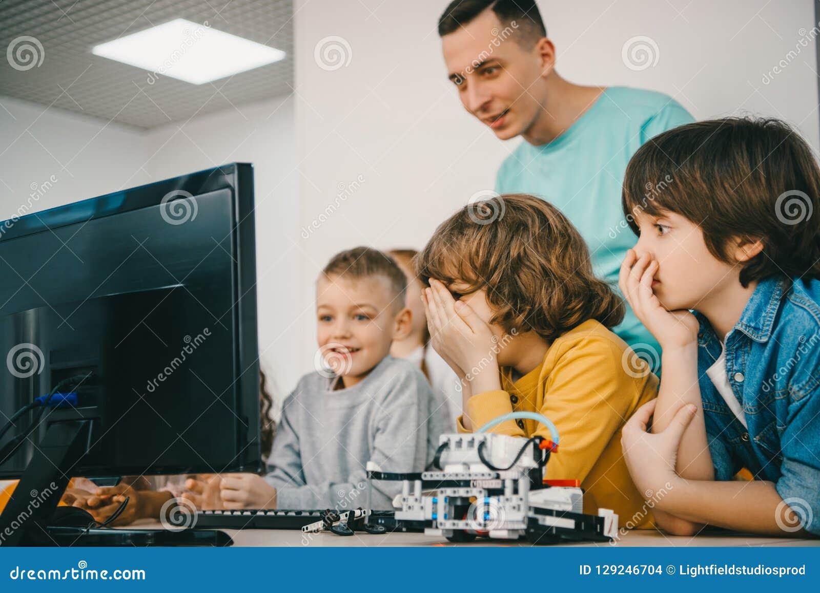 Nauczyciela programowania robot z jego