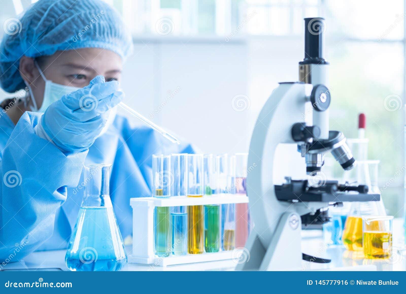 Naukowa badanie i analizuje chemiczne formuły