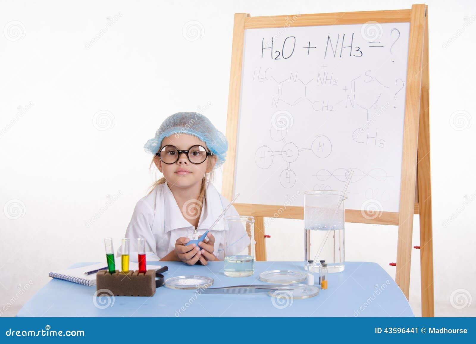 Naukowa chemik przy stołem