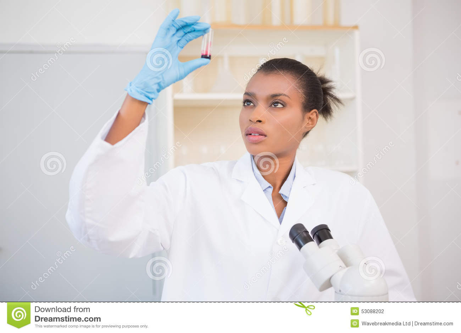 Naukowiec egzamininuje próbnej tubki