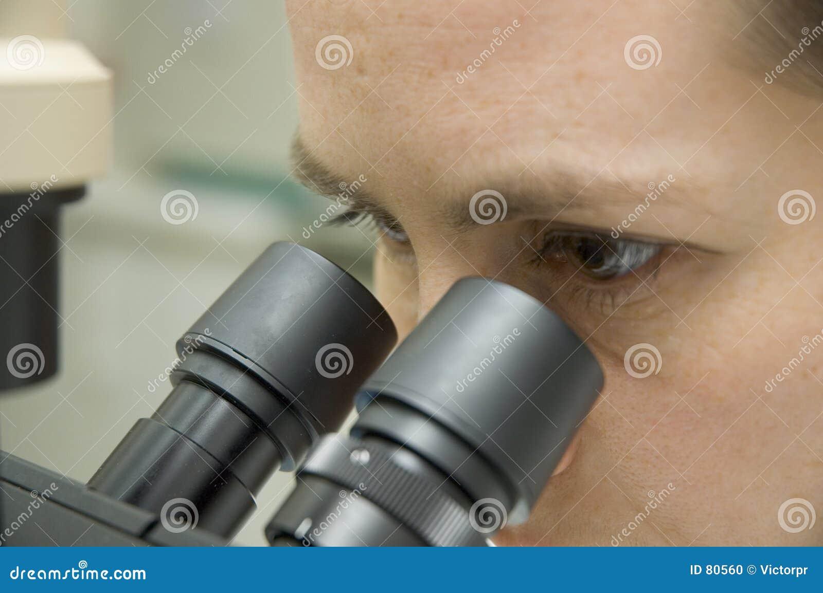 Naukowiec mikroskopu