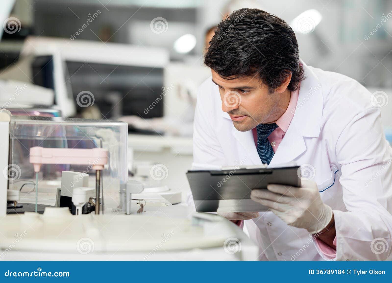 Naukowiec Obserwuje eksperyment