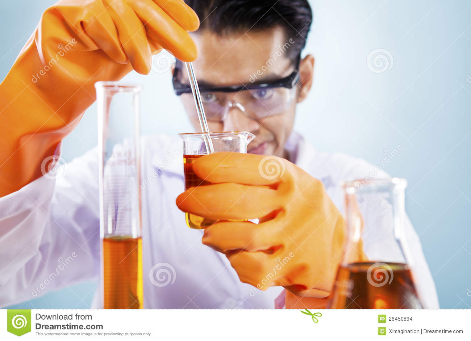 Naukowiec z substancjami chemicznymi