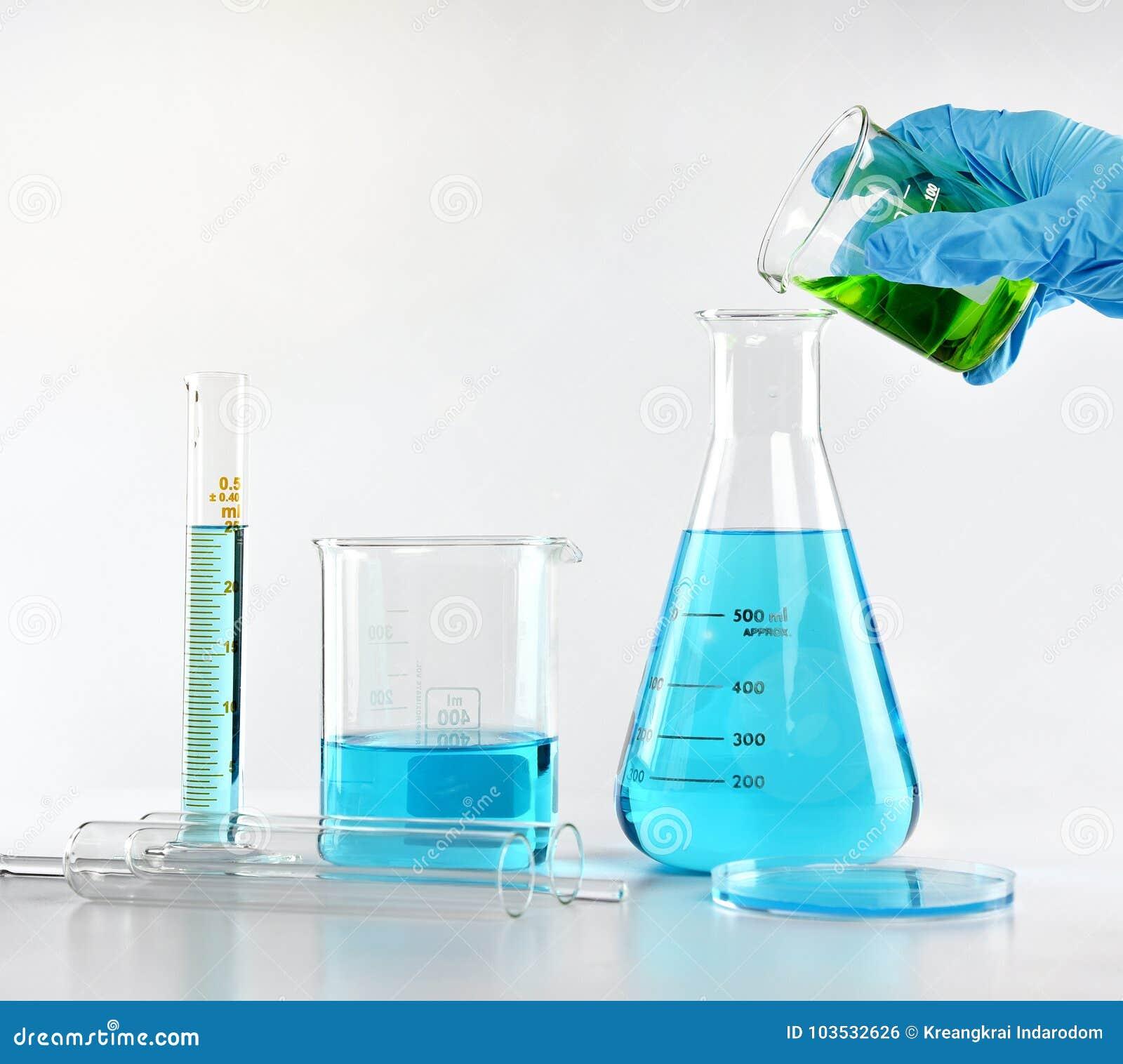 Naukowiec z wyposażeniem i nauką eksperymentuje, Laborancki glassware zawiera toksycznego chemicznego ciecz