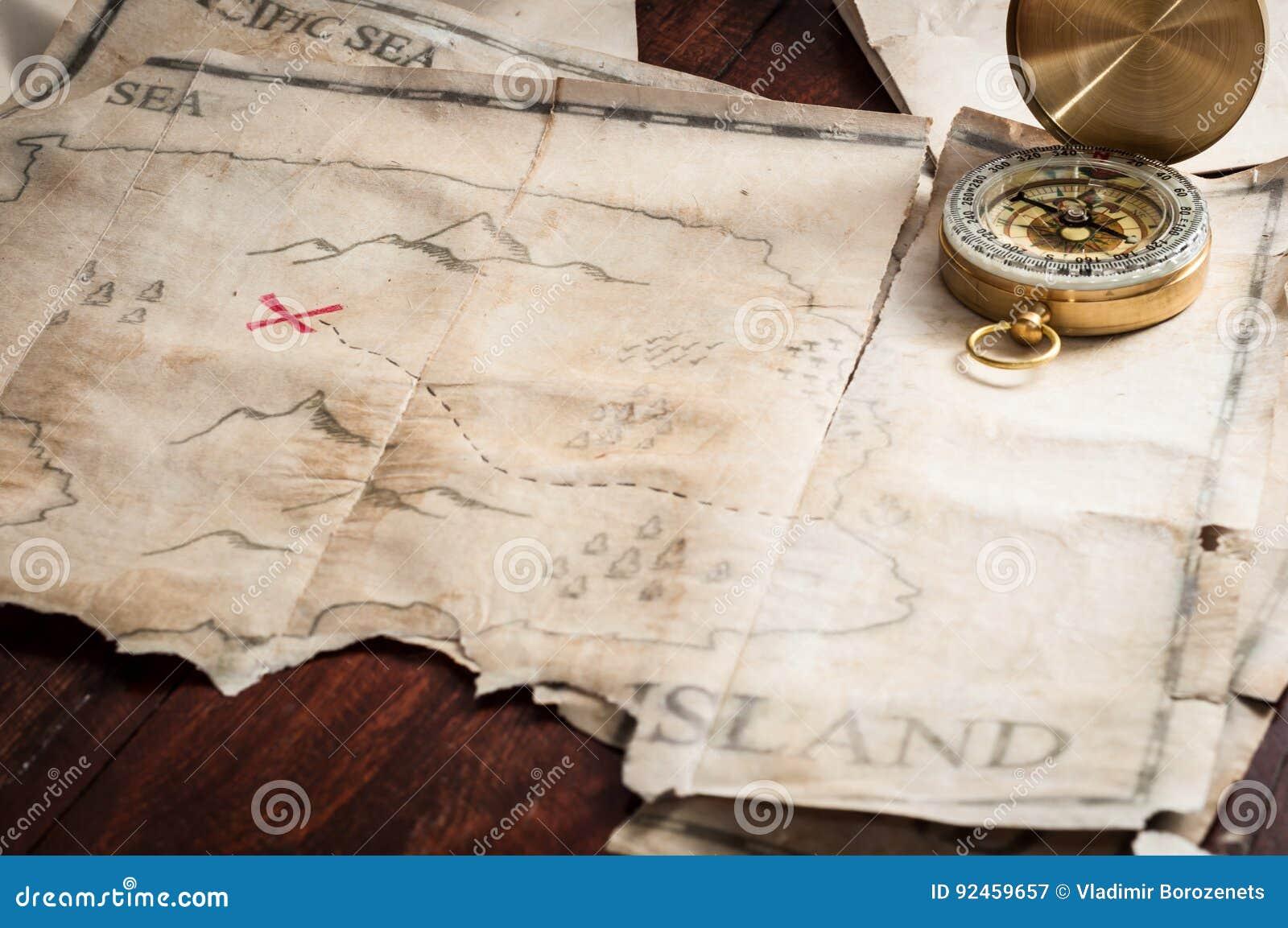 Nautyczny kompas na skarb mapie abstrakcjonistyczna wyspa na drewnianym stole