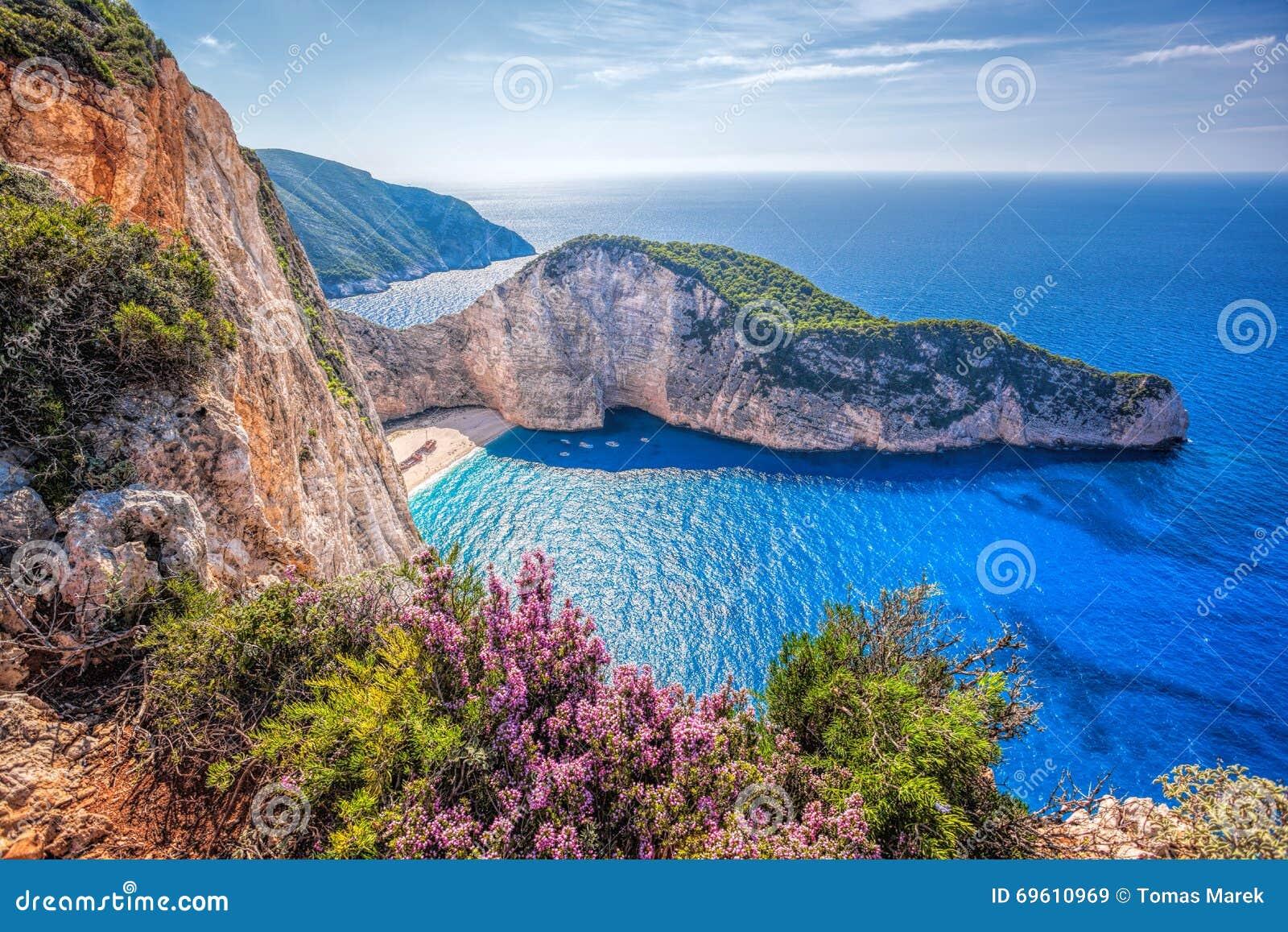 Navagiostrand met schipbreuk en bloemen tegen zonsondergang op het eiland van Zakynthos in Griekenland